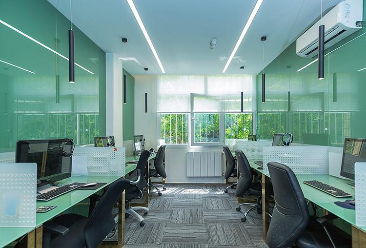 شیشه رنگی برای دیوار دفتر کار